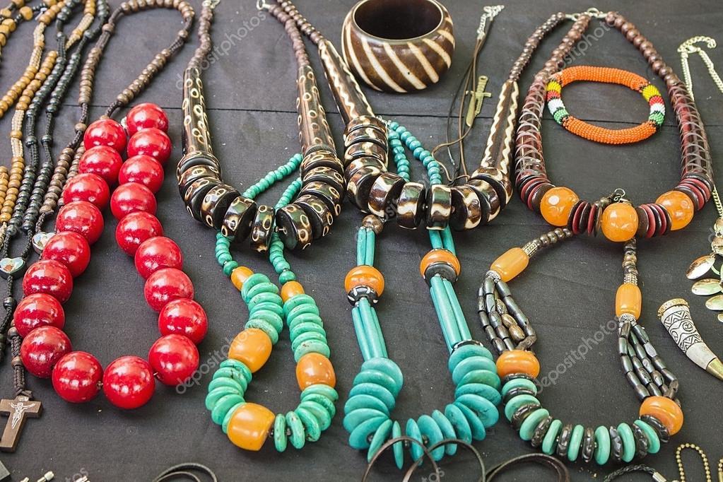 6ee918ea2f11 Mercado de artesanía local en Sudáfrica. Único granos coloridos hechos a  mano pulseras