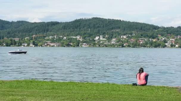 žena pohled na jezero