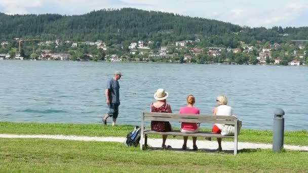 lidé na lavičce