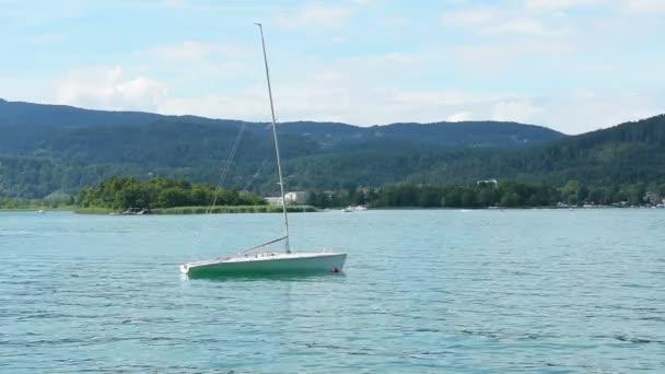 plachetnice na jezeře Wörthersee v Korutanech