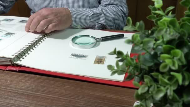 Udine, Itálie. 14. prosince 2020. muž se záměrem aktualizovat svou sbírku známek