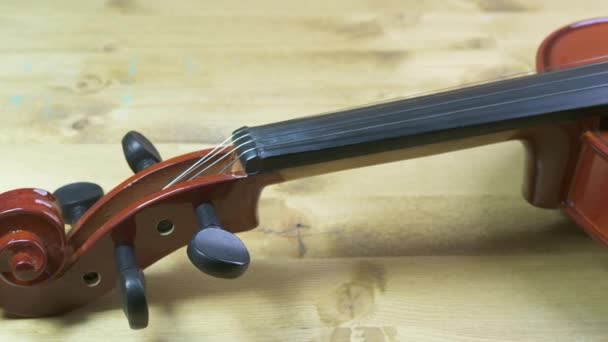eine Geige auf dem Holztisch