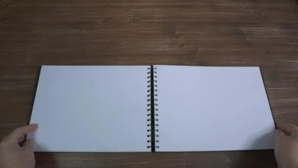 levelezés egy notebook üres lapjain keresztül
