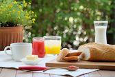 Fényképek Kellemes és színes reggeli a kertben