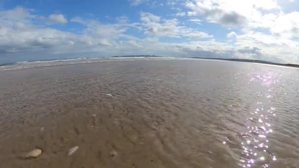 Schöner Sandstrand mit strahlend blauem Himmel.