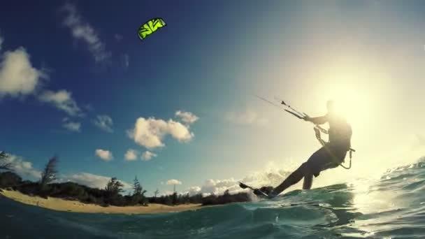mladý muž kitesurfing v oceánu