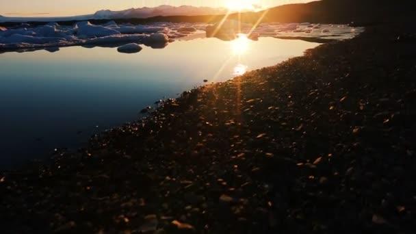 Unglaublichen Sonnenaufgang am Gletscher Lagune mit schwimmenden Eisbergen. Globale Erwärmung-Konzept.
