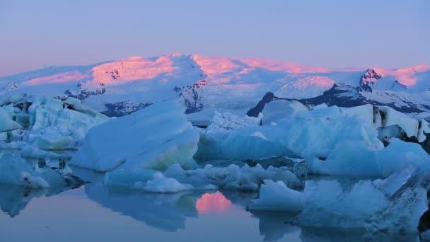 Krásný Pan růžový Sunrise světla na zasněžené vrcholky hor
