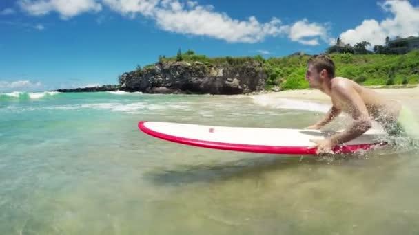 Surfař skočí do vody