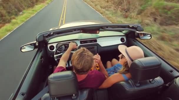 Smíšené rasy pár jízdy kabriolet na venkovské silnici