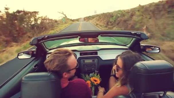 Mladý atraktivní pár jízdy kabrioletem