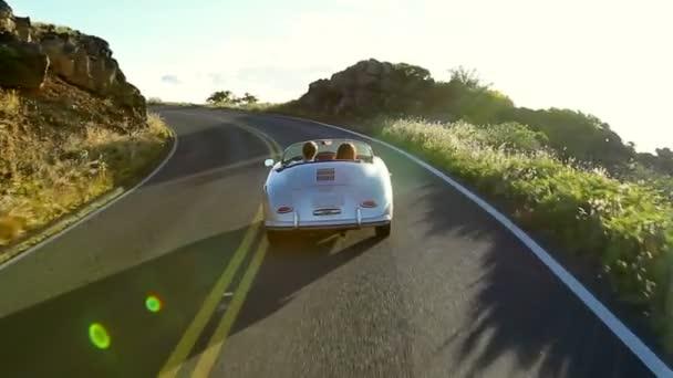 Šťastný pár jízdě klasickým kabrioletem