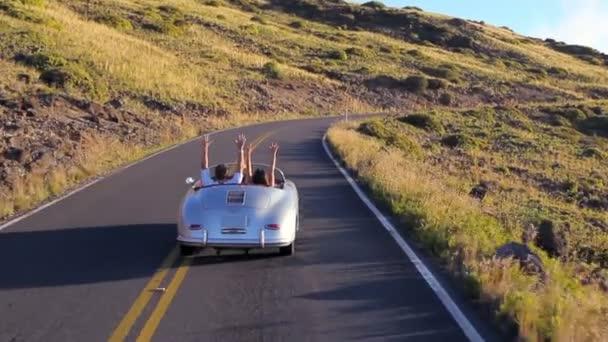 Boldog pár klasszikus kabrió autó vezetés
