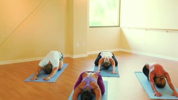 Skupina lidí, uvolňující a jógu