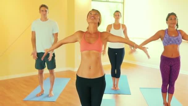 Csoportot, pihentető, és a jóga. Wellness és az egészséges életmód.