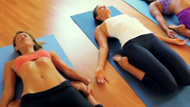 Skupina lidí, uvolňující a jógu. Wellness a zdravého životního stylu
