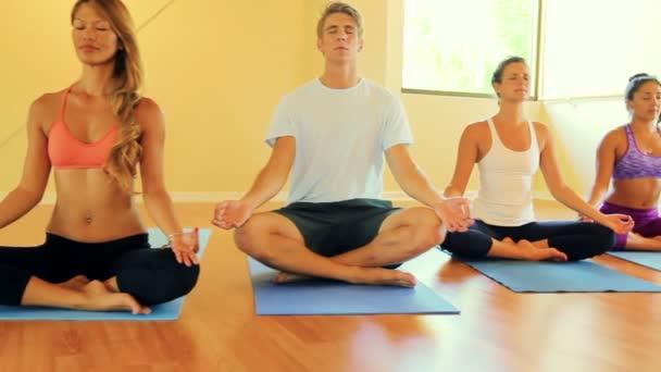 Gruppe von Menschen, die sich entspannen und Yoga machen. Wellness und gesunder Lebensstil.