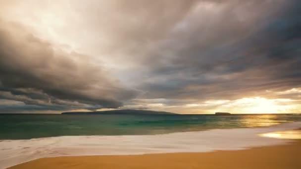 Dramatické Sunset čas zanikla přes oceán a ostrovy