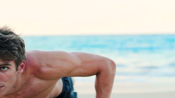 Fit Young Man gyakorlása a strandon. CrossFit munka out. Egészségesen aktív életmód.