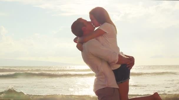 Szenvedélyes pár szerelmes a tengerparton naplementekor