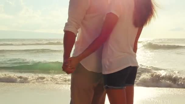 Szenvedélyes pár csók, szerelem, napsütés fáklyát Beach napnyugtakor