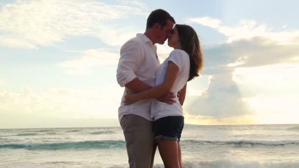 schönes junges Paar küsst Strand Sonnenuntergang