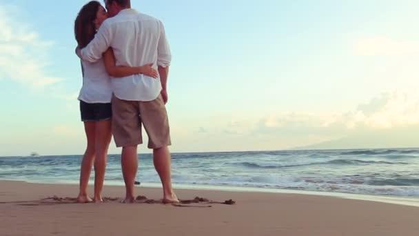 Krásný mladý pár líbání v Beach Sunset