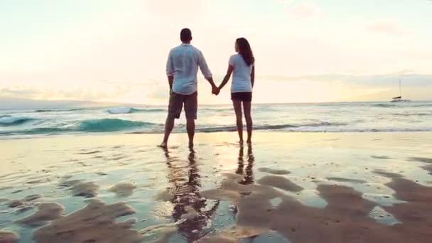 Gyönyörű fiatal kézenfogva vizek szélén állt. Romantikus Nászút.