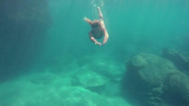 Žena v 4k, plavání pod vodou