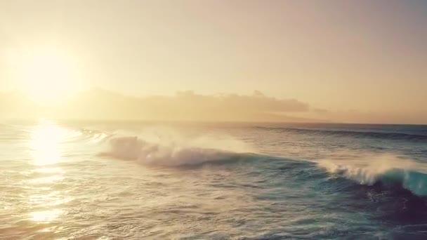 Big Blue Ocean hullámok Breaking át a Golden Sunset repülő légi felvétel