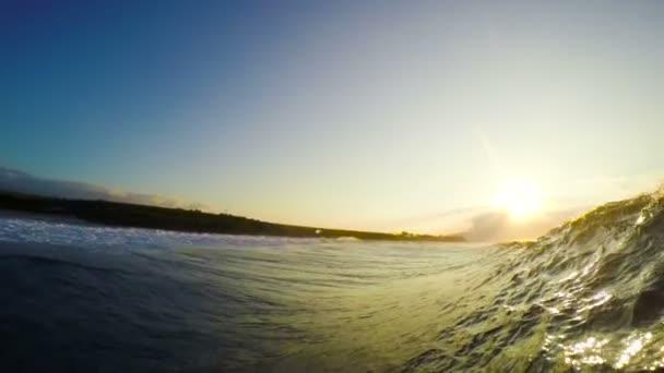 POV muž klouzání na vlnách oceánu vlnu, extrémní Sport Hd Zpomalený pohyb