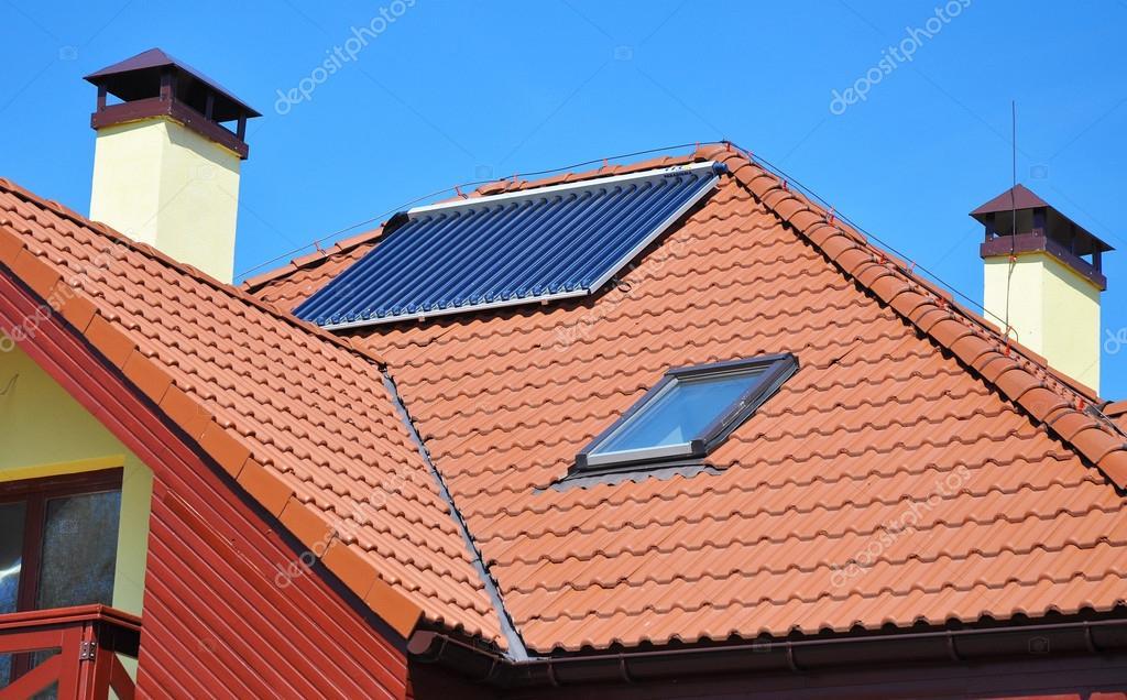 Nahaufnahme Von Solare Wasser Panel Heizung Auf Rot Gekachelte Haus Dach  Mit Blitzschutz, Dachfenster, Schornstein Und Dach Fenster U2014 Foto Von  Thefutureis