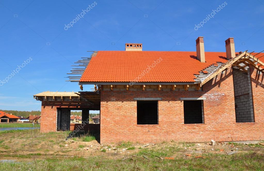 Costruzione nuova casa di mattoni con ceramica piastrelle di