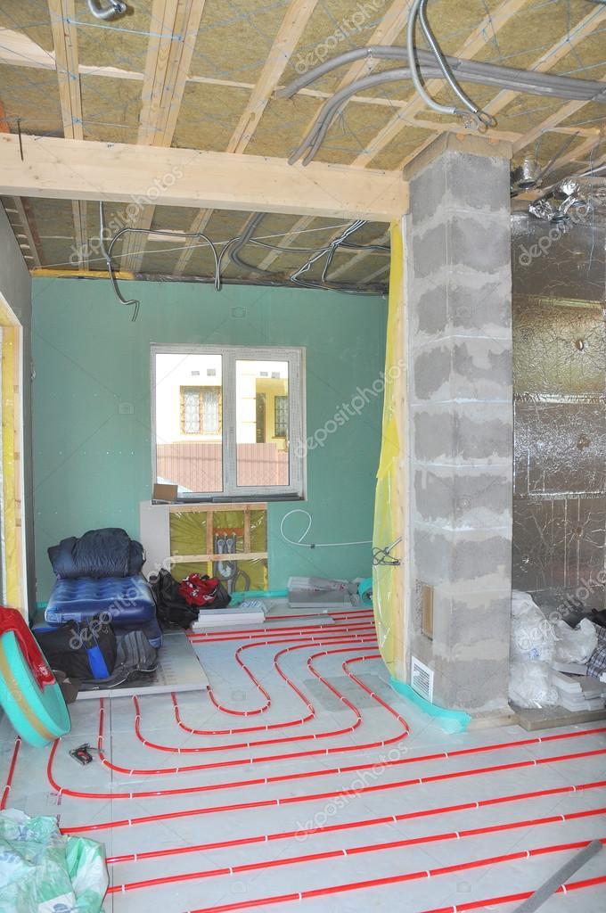 Kamer constructie. Close-up op water vloer verwarming systeem ...