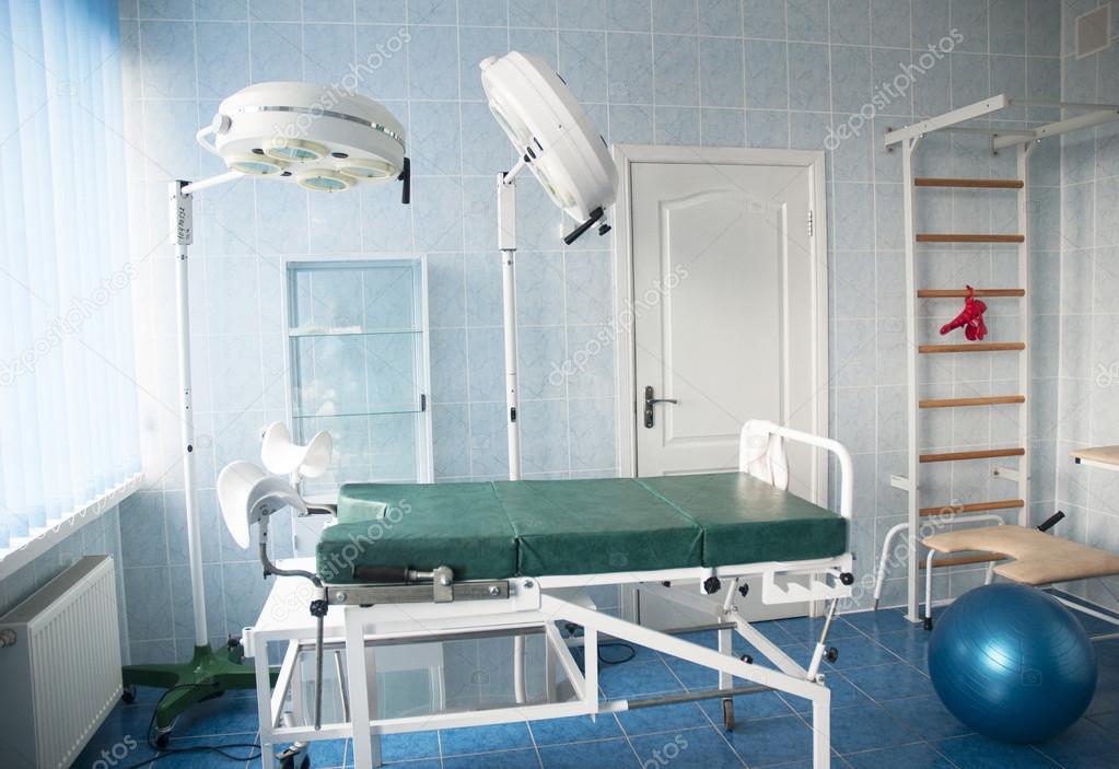 Bevalling ziekenhuis kamer met turnen muur balken. levering kamer