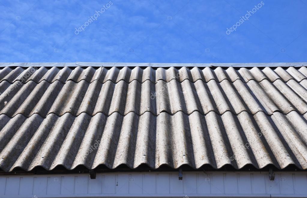 Tetto di amianto mattonelle di tetto di amianto pericolose sul