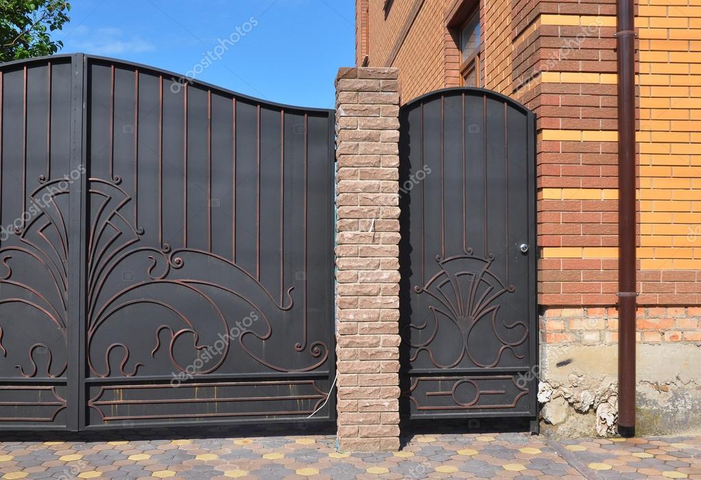 Installation Von Metall Zaun Mit Tur Und Tor Hautnah Stockfoto