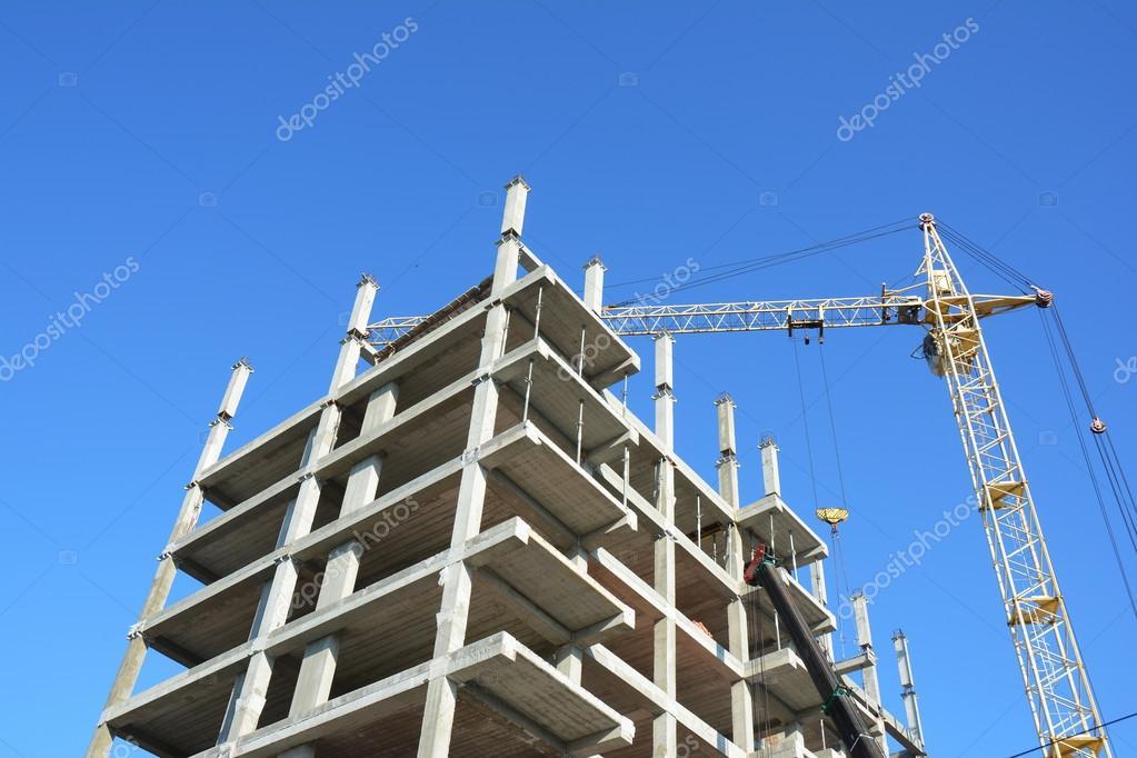 Kranbau neues Haus auf der Baustelle. Der Hausbau ist gut für das ...