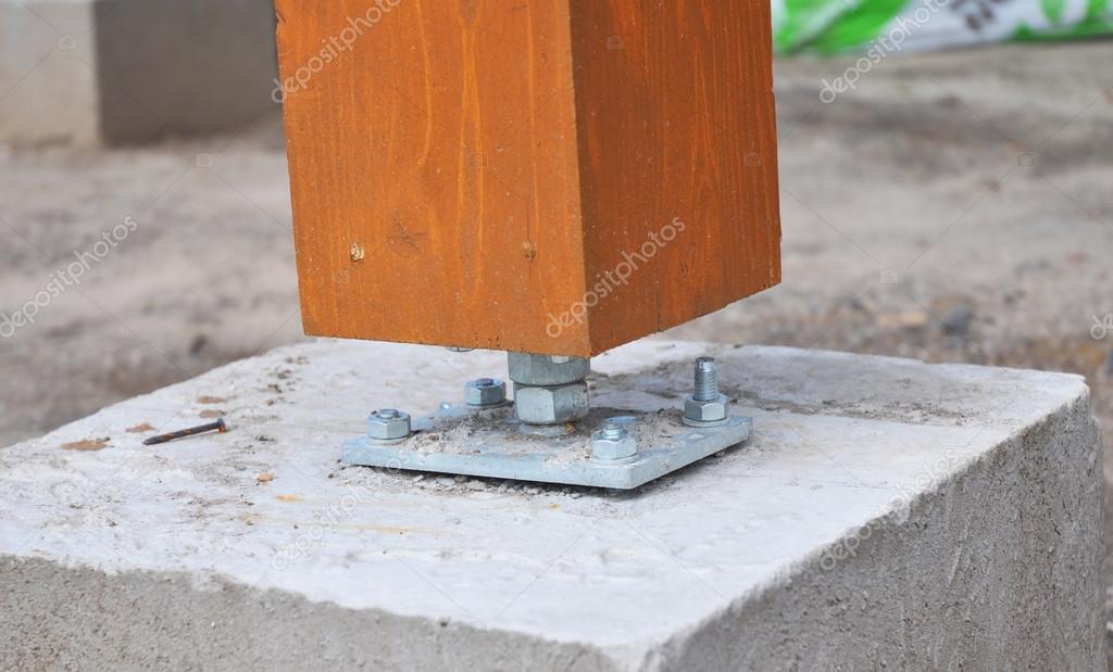 closeup de pilar de madeira no local de constru o com. Black Bedroom Furniture Sets. Home Design Ideas