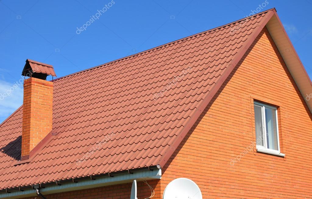 oude verschoten rood metalen dakpan en schoorsteen slechte dakbedekking stockfoto. Black Bedroom Furniture Sets. Home Design Ideas