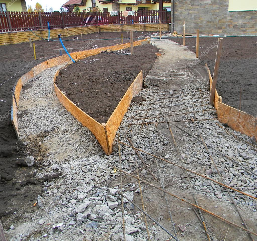 Construcci n de pavimento de hormig n nuevo el jard n fundaci n para la pavimentaci n fotos - Pavimento jardin ...