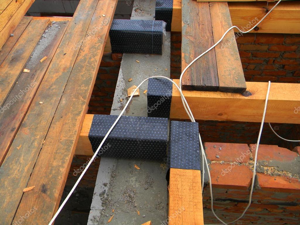closeup auf die bitumendichtmasse dachsystem (holzbalken — stockfoto