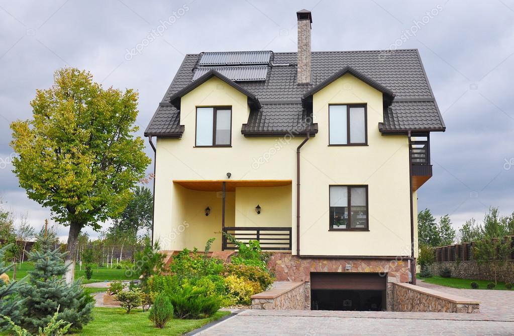 maison moderne avec puits de lumi re chauffe eau solaire de panneau lucarnes toit de tuiles. Black Bedroom Furniture Sets. Home Design Ideas