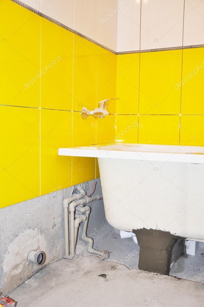 Weiße Neue Bad Rohr Installation, Wasserhahn Im Gelb Gefliesten Bad.  Reparatur Badezimmer Mit Badewanne, Neue U2014 Stockfoto #96911426