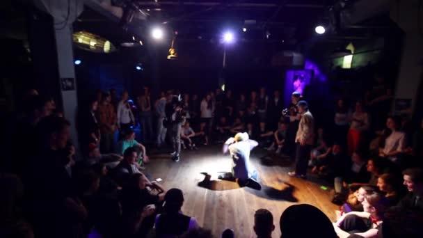 Sankt Petersburg, Russland - 12. März 2015: Boy Tänze wie Roboter in überfüllten Raum. Breakdance buttle