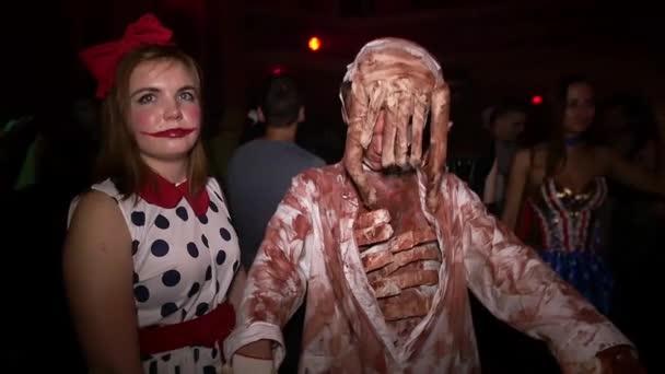 Sankt Petersburg, Russland - 31. Oktober 2015: Mann mit Fühler, Mädchen als beängstigend Puppe tanzen in Halloween-Party. Zeitlupe.