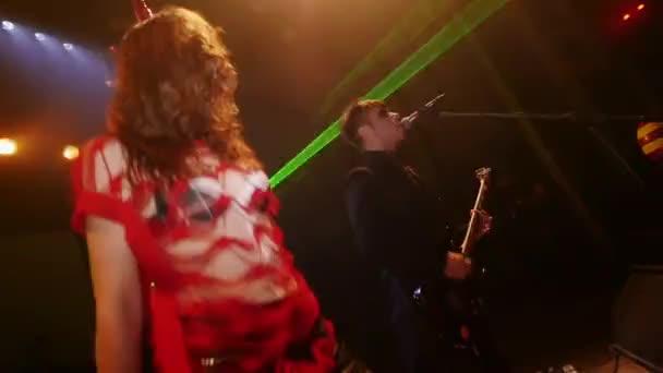 Sankt Petersburg, Russland - 31. Oktober 2015: Sexy Stripperin in BH auf Halloweenparty... Zeitlupe. Rock Band-Leistung