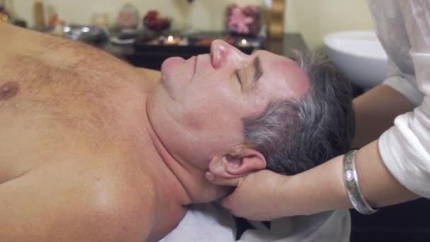 Zblízka masérka ruce aby léčení masáž hlavy dospělého fat Man..