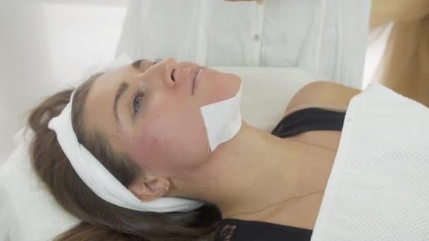 Zblízka kosmetička ruce aby epilace Brady dívka pruhů v saloonu