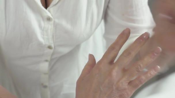 Masérka se léčebné masáže pravé ruky na dospělé ženy v salónu krásy